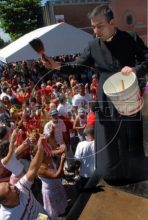 A priest sprinkles holy water to faithfuls during celebration of Saint George's Day, Rio de Janeiro, Brazil, April 23, 2008. Thousands of Catholics and worshippers of Afro-Brazilian religions pack churches dedicated to Saint George, widely venerated in Brazil as the African deity Ogum, the warrior god.  (Austral Foto/Renzo Gostoli)