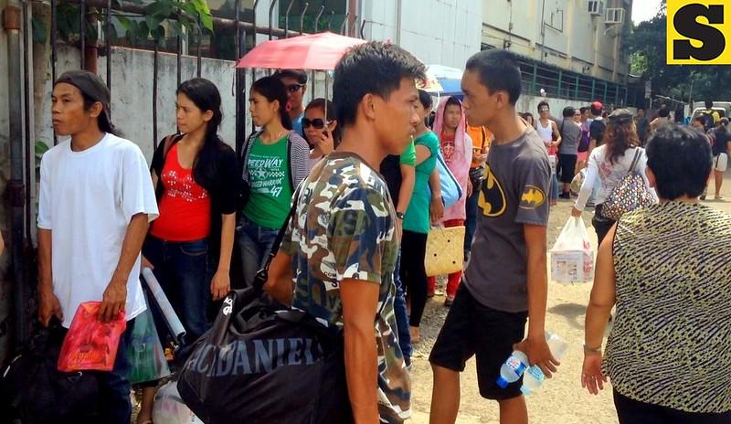 Ang linya sa mga pasahero sa Cebu South Bus Terminal niabot na sa Land Transportation Office Building sa Natalio Bacalso Avenue, Cebu City, Biyernes, Nobyembre 1, 2013.