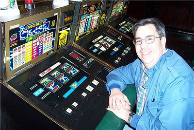 Dave did quite a bit better!  He just got the top prize on this Money Storm machine--2500 nickels, or $125.00!<br /> [Reno]
