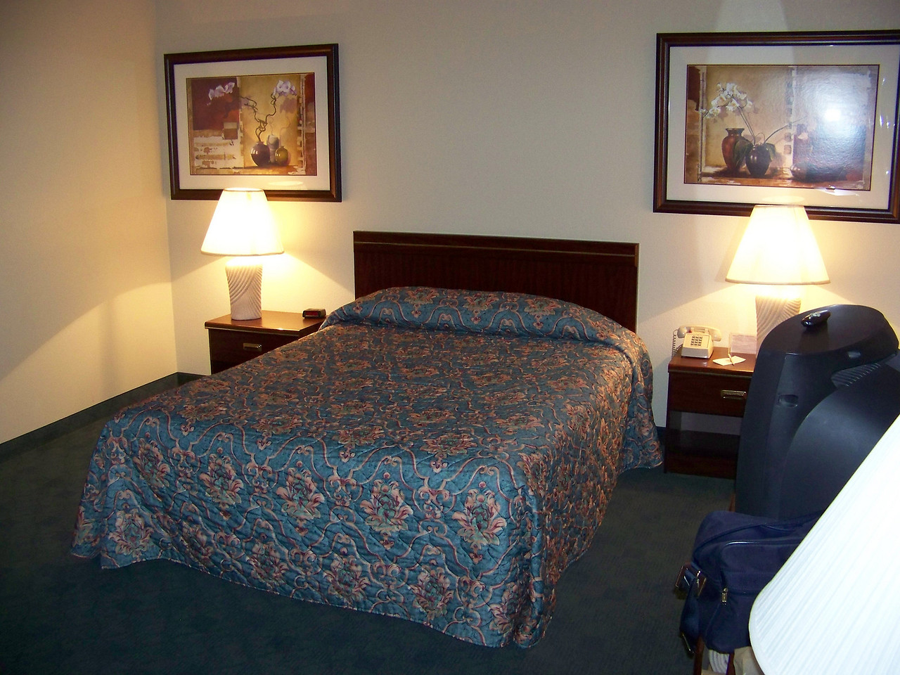 Dave stayed in this bedroom.<br /> [On the road to Reno - Best Western Miner's Inn in Yreka, CA]