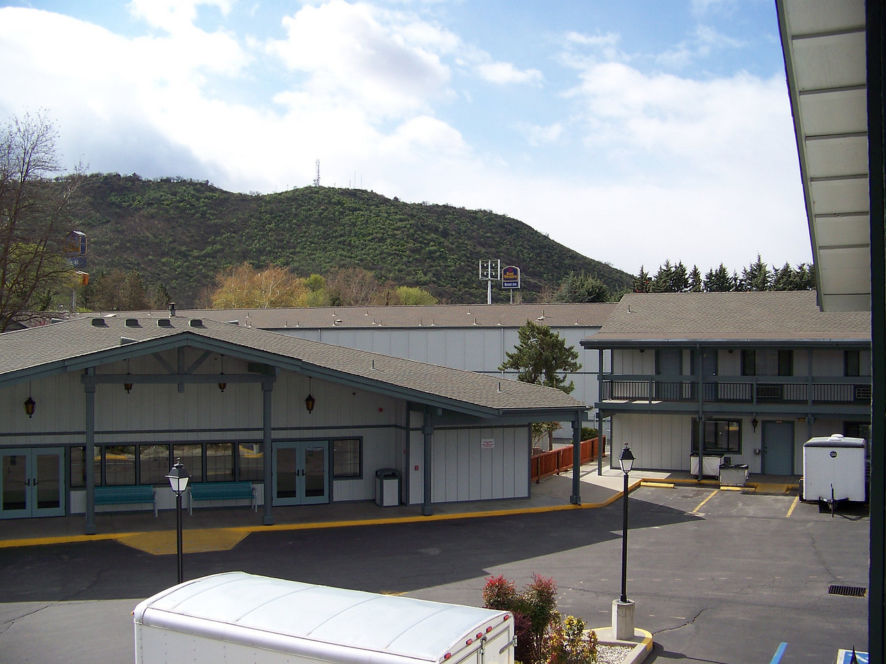 This is the Best Western Miner's Inn in Yreka, CA.  We've stayed here many times, but I've never taken pictures of it before.<br /> [On the road to Reno]