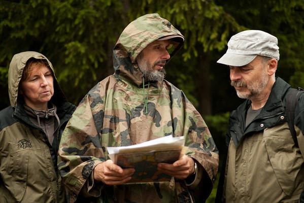 Mojmír Vlašín vysvětluje ekologům Hance Korvasové a Alešovi Máchalovi z Lipky z Brna, proč tady bojuje za záchranu Šumavy a jak jsou zde porušovány zákony.