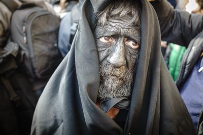 Lula (Nu) - febbraio 2018 un uomo anziano vestito con la maschera del Battileddo Gattia tra la folla   Lula (Nu) - February 2018 an old man dressed in the mask of Batteddo Gattia in the mob.
