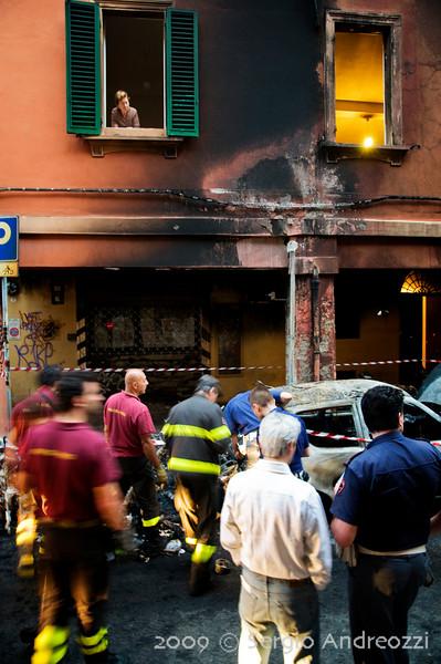 7/6/09 5:43 Via del Borgo di San Pietro 23<br /> <br /> Forte incendio che coinvolge diversi motocicli, una auto e gli edifici circostanti. La polizia continua ad investigare, mentre una signora la cui facciata della casa e' stata rovinata dall'incendio osserva dalla finestra