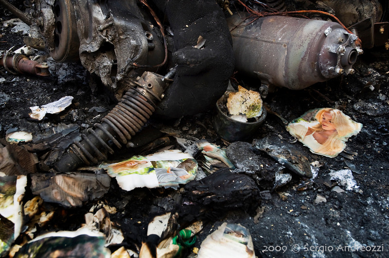 7/6/09 17:30 Via del Borgo di San Pietro 23<br /> <br /> Forte incendio che coinvolge diversi motocicli, una auto e gli edifici circostanti. Particolari dei motocicli bruciati; i frammenti di giornare erano probabilmente contenuti nei cassetti dei motocicli