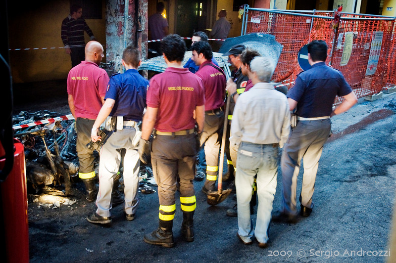 7/6/09 5:42 Via del Borgo di San Pietro 23<br /> <br /> Forte incendio che coinvolge diversi motocicli, una auto e gli edifici circostanti. La polizia cerca di identificare i proprietari dei mezzi coinvolti.