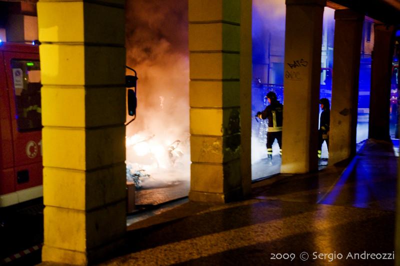 7/6/09 4:38 Via del Borgo di San Pietro 23<br /> <br /> Forte incendio che coinvolge diversi motocicli, una auto e gli edifici circostanti. Arrivo dei vigili del fuoco.