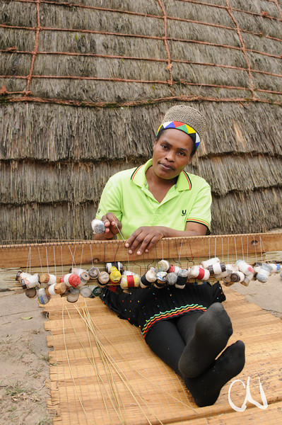 Zulu-Frau beim Weben einer Grasmatte, Greater St. Lucia Wetland Park, iSimangaliso-Wetland-Park, Nationalpark, national park, KwaZulu-Natal,Südafrika, South Africa