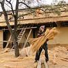 Arbeiter decken ein Haus mit Gras, Krüger Nationalpark, Kruger National Park, Südafrika, South Africa