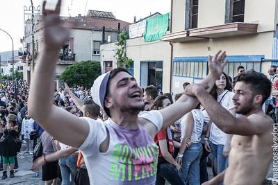 Cimaioli e Maggiaioli festeggiano l'arrivo dei due alberi in città.