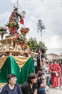 Sotto lo sguardo del Santo, il Maggio viene innalzato.