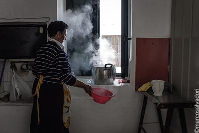 In città le donne preparano i pasti per gli uomini che stanno lavorando al Maggio e alla Cima.
