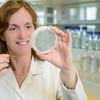 Pflanzengenetikerin Marja Timmermans hält Petrischale mit Arabidopsis-Keimlingen (Schaumkresse), Labor, Zentrum für Molekularbiologie der Pflanzen (ZMBP), Universität Tübingen, Deutschland