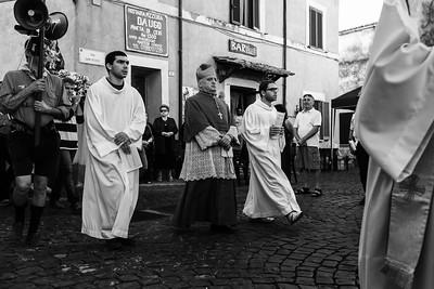 Il vescovo Gino che precede la Madonna