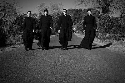 Giovani preti si uniscono alla processione