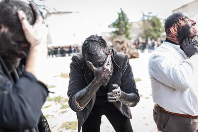 preparazione maschere Lula. La crema nera è un mistura di sughero bruciato e acqua
