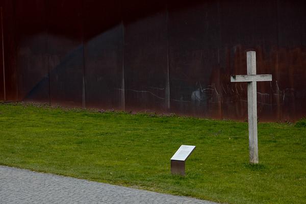 Die Gedenkstätte Berliner Mauer ist der zentrale Erinnerungsort an die deutsche Teilung, gelegen im Zentrum der Hauptstadt. Am historischen Ort in der Bernauer Straße erstreckt sie sich auf 1,4 km Länge über den ehemaligen Grenzstreifen. Auf dem Areal der Gedenkstätte befindet sich das letzte Stück der Berliner Mauer, das in seiner Tiefenstaffelung erhalten geblieben ist und einen Eindruck vom Aufbau der Grenzanlagen zum Ende der 1980er Jahre vermittelt. Anhand der weiteren Reste und Spuren der Grenzsperren sowie der dramatischen Ereignisse an diesem Ort wird exemplarisch die Geschichte der Teilung nachvollziehbar.