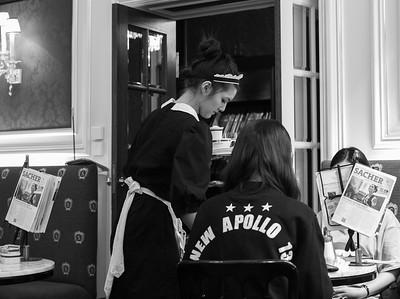 Im Café Sacher wird auf die Pflege von Traditionen grossen Wert gelegt. Die traditionelle Kleidung und das distanziert höfliche Benehmen des Personals verleiht der Ambiente eine besondere Note.