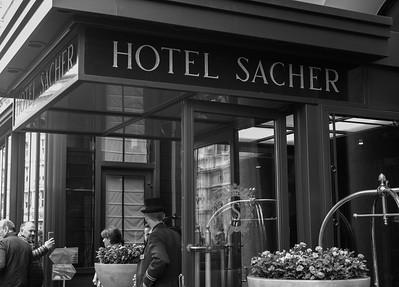 1876 eröffnete Eduard Sacher das damalige Hotel de l'Opera mit Restaurant. Der Sohn, Franz Sacher, dem Erfinder der Sachertorte, hatte sich schnell einen Namen als Gastronom gemacht und benannte das Haus in Hotel Sacher um.