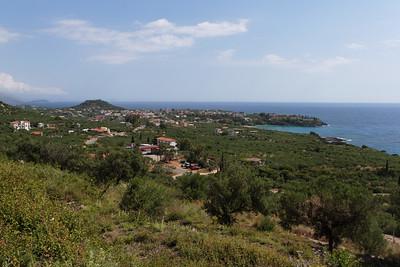 Die Anreise mit dem Auto von der Hauptstadt Athen oder dem Hafen von Patras dauert rund 4 Stunden. Die nächst gelegene, grössere Stadt ist Kalamata, welche ihren Namen mit den vorzüglichen Kalamata-Oliven in die ganze Welt trägt.
