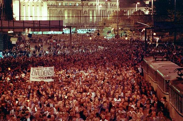 📷 ©️ Aram Radomski  EAST GERMANY PROTEST