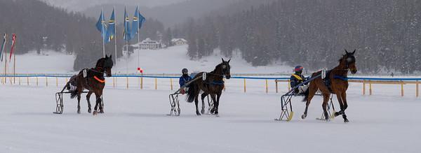 Inmitten der herrlichen Bergkulisse treffen sich Gäste und Einheimische zum grössten Event des Engadins auf dem gefrorenen St. Moritzersee. Trommelnde Hufen auf stiebendem Schnee.