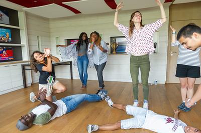 L'atelier de théâtre d'impro donne lieu à un lâcher prise total. Certains, plus timides, mettent un peu plus de temps à se mettre dans le bain