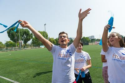 Les cent filleuls se réunissent pour des olympiades sous un soleil de plomb. Chacun va pouvoir montrer ses talents tant les activités sont variées : course à l'aveugle, blind test, twister ...