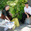 Vendeurs de graines, Erevan.<br /> Street vendors, Yerevan.