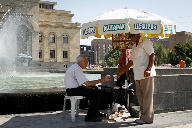 Photographes de rue, Erevan.<br /> Street photographers, Yerevan.