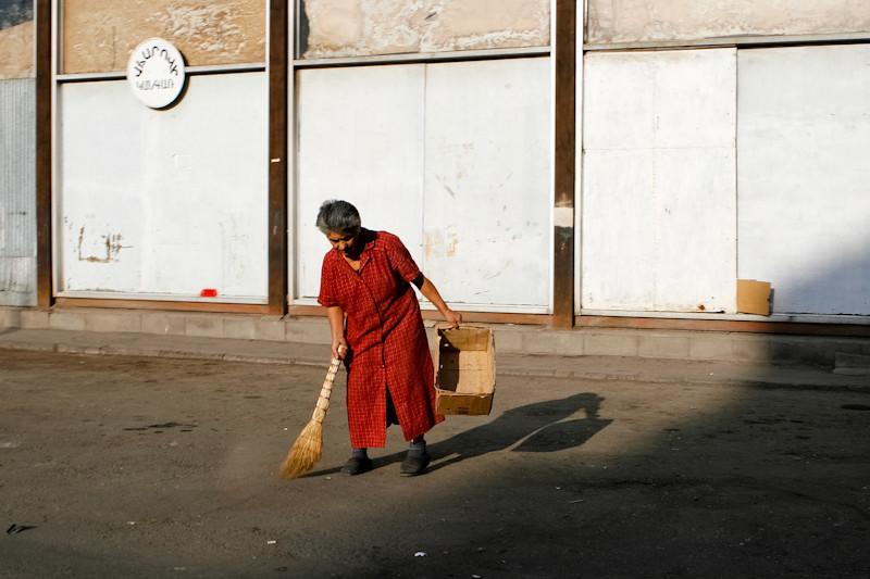 Balayeuse de rues, Erevan.<br /> Street sweeper, Yerevan.