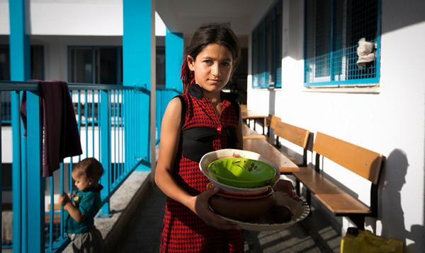 PHOTO OLIVIER PONTBRIAND LA PRESSE. -  GAZA  - 14 Juillet 2014<br /> Dans cette Photo: Durant le Ramadan, une jeune fille apporte la vaisselle pour preparer le repas servi a la tombée du jour.  -30-  Actualité<br /> <br /> <br /> PHOTO OLIVIER PONTBRIAND LA PRESSE.  - Gaza strip - July 14 2014.<br /> In this Picture:   During the ramadan the young are waiting for the end  of the day to eat.