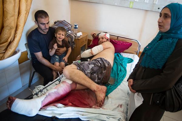 PHOTO OLIVIER PONTBRIAND LA PRESSE. -  GAZA  - 18 Juillet 2014<br /> Dans cette Photo:  wajdi kaemal moussa abou tawila sa femme miassa gihad salah abou tawila.  11 jours de combats entre israel et le hamas. la ville se reveille et compte ses morts apres l,invasion terrestre de l,armee Israelienne  -30-  reference # 690868 Section: General