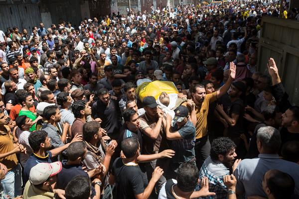 PHOTO OLIVIER PONTBRIAND LA PRESSE. -  GAZA  - 19 Juillet 2014<br /> Sur cette photo:  Une foule immense accompagne les Neuf cousins qui sont morts dans une même attaque plus têt dans la journee.  Douzième jour des hostilités. Le nombre de morts augmente rapidement et la rage des Gazaouis se fait sentir.  -30-  <br /> <br /> PHOTO OLIVIER PONTBRIAND LA PRESSE. -  GAZA  - 19 Juillet 2014<br /> In this picture: Nine cousins were killed in one attack earlier in the day. Twelfth day of the hostilities. The death toll is increasing fast and the people of Gaza are getting angrier and angrier. -30-