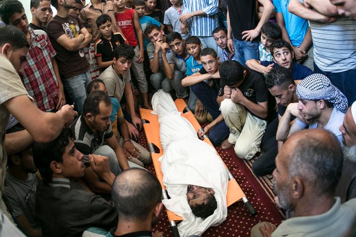 PHOTO OLIVIER PONTBRIAND LA PRESSE. -  GAZA  - 16 Juillet 2014<br /> Dans cette Photo: Procession funeraire avec trois corps abbatut par les tir de missile israelien. Neuvieme jours de combat entre israel et le hamas  -30-  reference # 690868 Section: General<br /> <br /> <br /> PHOTO OLIVIER PONTBRIAND LA PRESSE.  - Gaza strip - July 16 2014.<br /> In this Picture:  funerals of three person who fell under israeli missile strike. Ninth days of combat between hamas and israel.