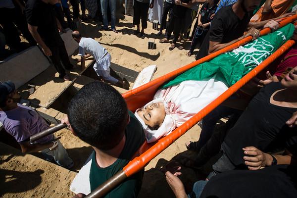 PHOTO OLIVIER PONTBRIAND LA PRESSE. -  GAZA  - 18 Juillet 2014<br /> Dans cette Photo: Enterrement des trois frere et soeur de la famille aboumoasallan. 11 jours de combats entre israel et le hamas. la ville se reveille et compte ses morts apres l,invasion terrestre de l,armee Israelienne  -30-  reference # 690868 Section: General
