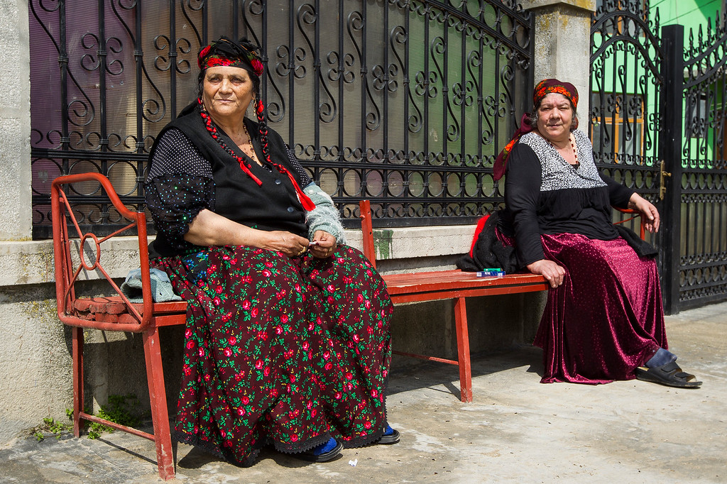 --- JE SUIS ROM ---<br /> PHOTO OLIVIER PONTBRIAND LA PRESSE. Dans cette photo: Deux femmes regardent le temps passer, dans le quartier impénétrable de fata lunchi. Reportage sur la vie et les réalités des Roms, en Roumanie.  -30-  Catégorie : Photo reportage. 23 Avril 2013