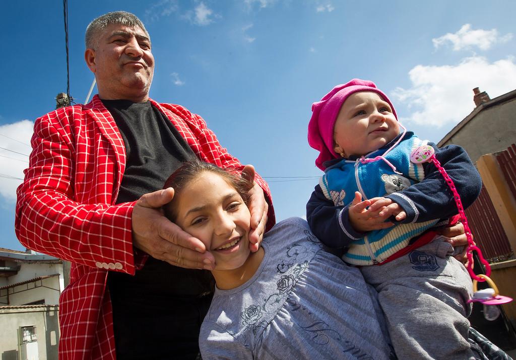 --- JE SUIS ROM ---<br /> PHOTO OLIVIER PONTBRIAND LA PRESSE. Dans cette photo:  Les roms du quartier impénétrable de fata luncii n'envoient pas leurs enfants à l'école. Les enfants suivent souvent les adultes dans les pays voisins pour mendier. Reportage sur la vie et les réalités des Roms,  en Roumanie.  -30-  Catégorie : Photo reportage. 23 Avril 2013