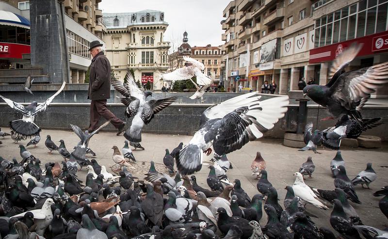 --- JE SUIS ROM---<br /> PHOTO OLIVIER PONTBRIAND LA PRESSE. Dans cette photo: Un rom marche seul dans la ville de Craiova.  Reportage sur la vie et les réalités des Roms, en Roumanie.  -30- Catégorie : Photo reportage. 23 Avril 2013