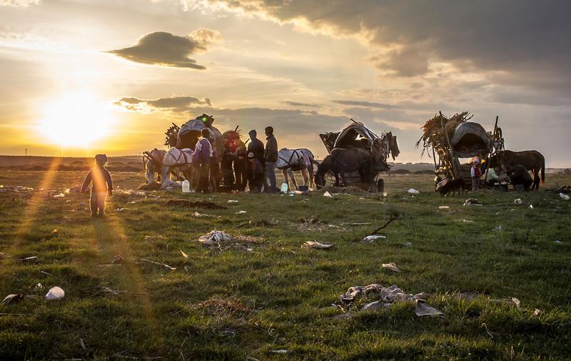 --- JE SUIS ROM ---<br /> PHOTO OLIVIER PONTBRIAND LA PRESSE. Dans cette photo: Un clan de gitans nomades, parmi les derniers de la Roumanie, se prépare a faire le souper après avoir été vendre des pièces de métal ramassées en chemin. Reportage sur la vie et les réalités des Roms,  en Roumanie.  -30-   Catégorie : Photo reportage. 23 Avril 2013