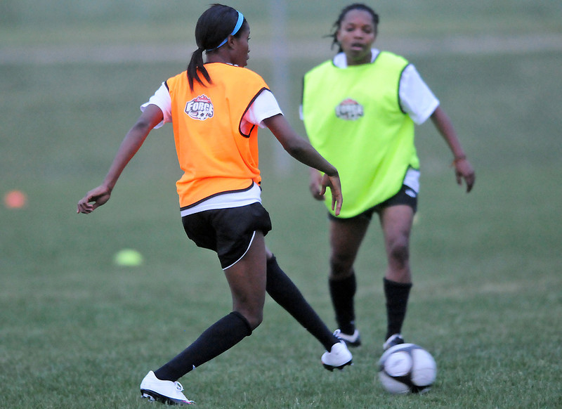 Colorado Force players Yolanda Hamilton, left, and Messam Falconer play against each other during practice Tuesday at Fossil Ridge High School in Fort Collins.