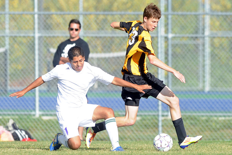 Mountain View High School's Jonathan Hernandez, left, battles with Thompson Valley's Joe Dennis during their match on Wednesday, Oct. 3, 2012 at MVHS.
