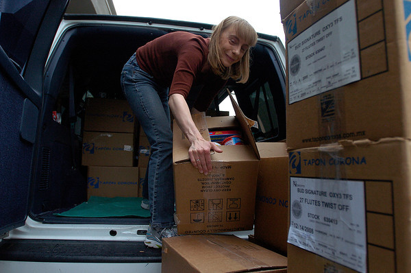 House of Neighborly Service Food Program Manager Erin Becerra packs boxes of food collected Thursday during the Reporter-Herald's Shopping Cart Race at the West Eisenhower Safeway that kicked off the Have a Heart Food Drive.<br /> Photo by Chris Stark