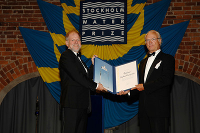 Steve Carpenter and His Majesty Carl XVI Gustaf, King of Sweden. Photo by the Stockholm International Water Institute under the Creative Commons license.