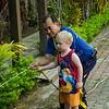 Viggo hjälper trädgårdsmästaren på vårt hotell