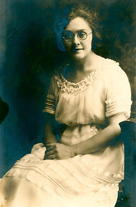 See caption under VBeilby006.  Likely Violet Beilby's graduation photo from Business College around 1924.