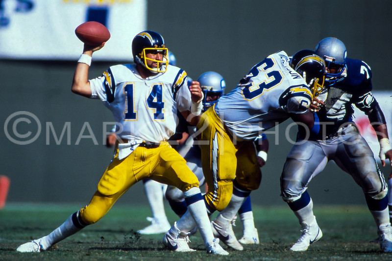 Photo used of Dan Fouts on the 1986 Topps Team Card.