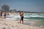 A Kiss on the Beach - Susi Nodding