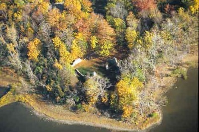 """Aerial view of the site, as seen on <a href=""""http://www.historicplaces.ca/fr/rep-reg/place-lieu.aspx?id=13246&pid=2604&h=Benedict"""">http://www.historicplaces.ca/fr/rep-reg/place-lieu.aspx?id=13246&pid=2604&h=Benedict</a>,Arnold"""