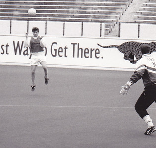 Dave Berto heads toward goalkeeper Brian Mullen (not to be confused with later Ching/Waibel teammate Mullan in Houston).